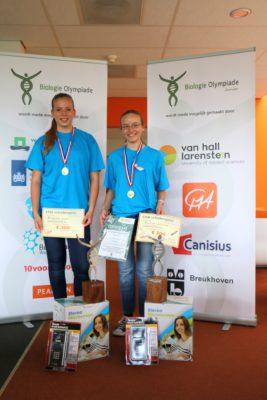 Carlijn Gruijs (links) en Anna Reinhold (rechts) met hun prijzen